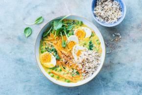 Curry z groszkiem, marchewką, szpinakiem, jajkami i prażonym sezamem