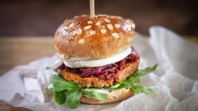 Francuski burger z kozim serem, rukolą i marmoladą z czerwonej cebuli