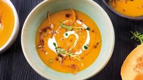 Kremowa zupa dyniowa z brzoskwinią, dodatkiem mleka kokosowego i curry