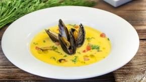 Kremowa zupa szafranowa z małżami