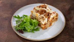 Wegetariańska Lasagne z bukietem sałat i oliwą