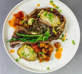 Stek z sezonowanego antrykotu z ratatouille i ziołowymi ziemniakami
