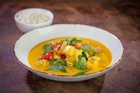 Curry z wegetariańskim kurczakiem z warzywami w kokosowym sosie