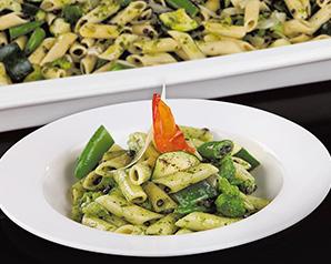 Penne z zielonymi warzywami i czarną soczewicą