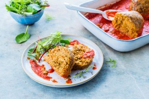 Pieczeń z soczewicy z marchewką, orzechami i sosem pomidorowym
