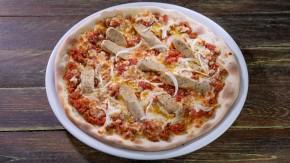 Pizza z wegetariańskimi kiełbaskami i sosem bolońskim