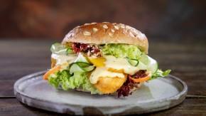 Wegetariańska kanapka z Nuggetsami, sałatą i majonezem wegańskim