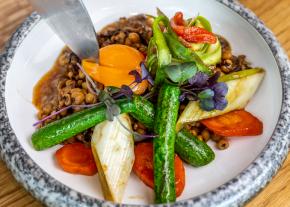 Proso jerozolimskie ze smardzami, sałatką ze świeżych szparagów i pomidorów Pelatti oraz wędzonymi warzywami