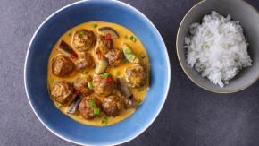 Pulpeciki mięsne w czerwonym sosie curry z bakłażanem