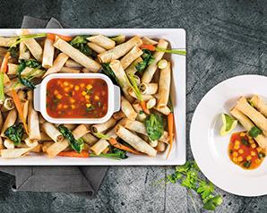 Spring rolls z warzywami w pikantnym sosie z mango