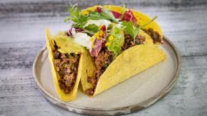 Wegetariańskie Tacos chili con carne z guacamole i kwaśną salsą